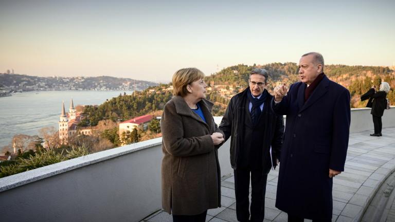 Турският президент Реджеп Тайип Ердоган предупреди, че 400 000 бежанци,