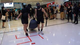Демонстранти в Хонконг изпочупиха метростанция