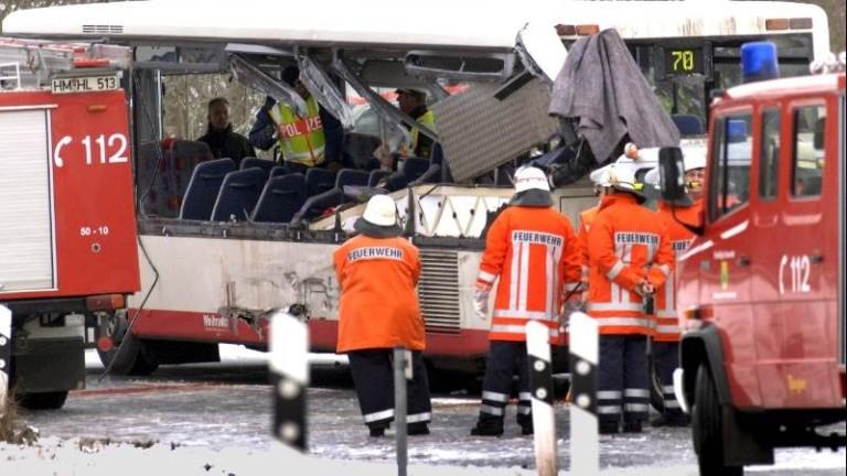 Училищен автобус се е разбил в магазин за електротехника в
