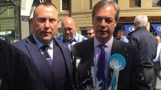 Найджъл Фарадж залят с млечен шейк по време предизборна обиколка