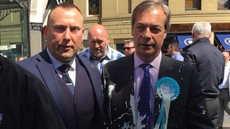 По британския евроскептик Найджъл Фарадж е бил хвърлен млечен шейк