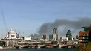 Облак гъст черен дим покри Лондон