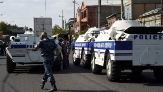 Въоръжени превзеха полицейски участък в Ереван