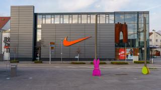 Защо Nike намали прогнозата си за продажбите догодина?