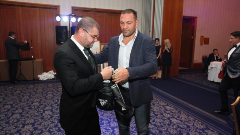 Ръкавици на българския боксьор Кубрат Пулев бяха продадени за 7