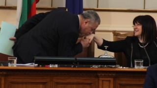 Симеонов намери време за целувки на дебатите за Ф-16
