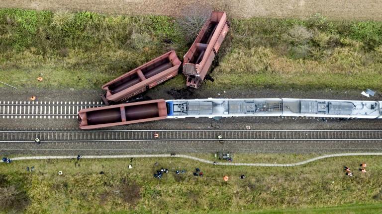 Разследващи смятат, че пътническият влак, които се блъсна в товарна