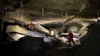 Български пещерняци влизат в солните пещери на планината Содом