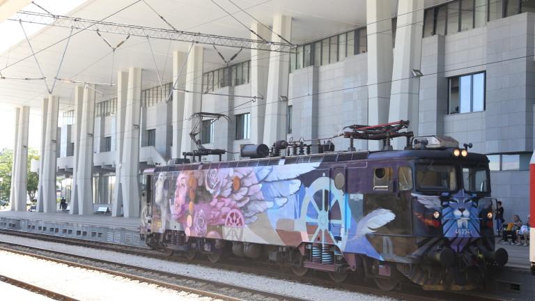 Снимка: Влак с изрисуван локомотив пътува от София до Бургас