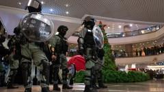 Протест на Бъдни вечер прерасна в хаос със сълзотворен газ в Хонконг