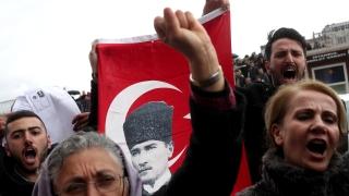Хиляди протестират в Анкара след хвърлянето в затвора на опозиционен депутат