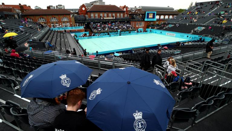 Традиционно за турнирите на трева, провеждащи се във Великобритания дъжд
