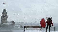 Обилен снеговалеж парализира Истанбул, самолет се заби в канавка