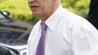 Папандреу при Меркел в очакване на решението за транша