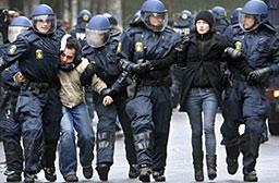 В Дания арестуват 75 младежи, защитаващи политическия си клуб