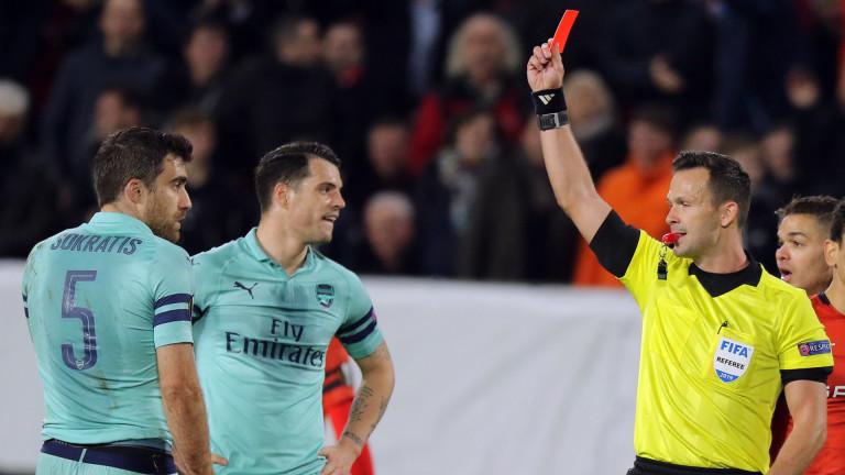 """Червен картон и автогол """"отрязаха"""" главата на Арсенал във Франция, Чех спаси """"топчиите"""" от разгромна загуба"""