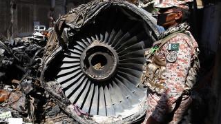 """Откриха и втората """"черна кутия"""" на падналия самолет в Пакистан"""