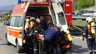 """Шофьорка е в болница след сблъсък с линейка на АМ """"Хемус"""""""