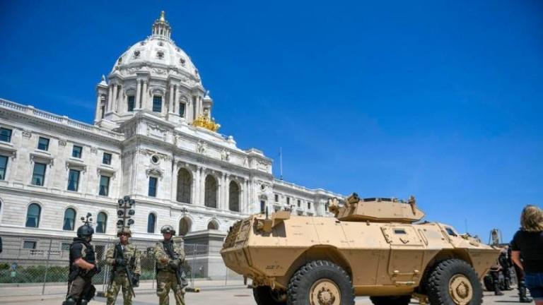 Около десет членове на Националната гвардия на Минесота са поставени