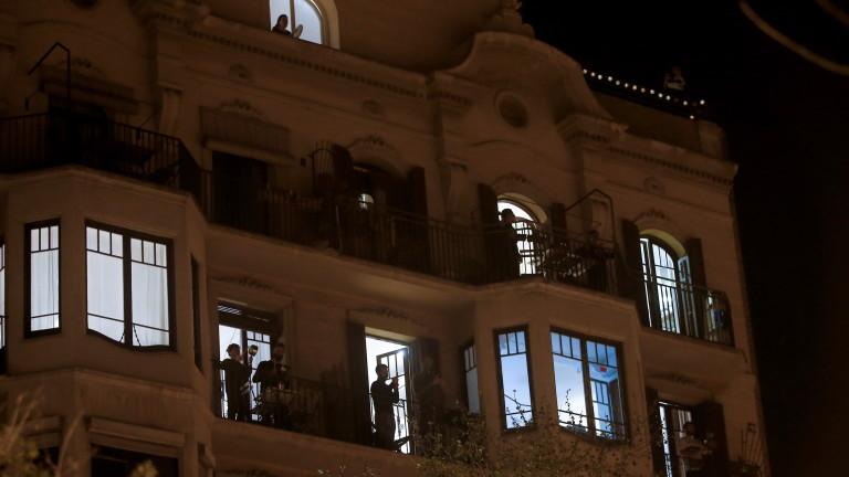 Хиляди испанци, живеещи затворени със седмици в домовете си под
