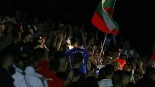 Владо Николов излиза на игрището рамо до рамо със синовете си