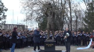 """Откриха паметника на Аян Садъков в парк """"Лаута"""""""