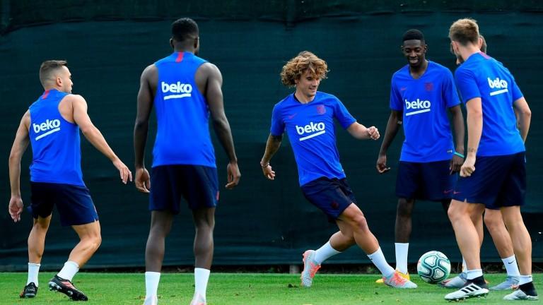 Килиан Мбапеподкрепи своя сънародник Осман Дембеле. Френският футболист на Барселона