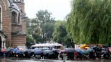 Хиляди чакаха в дъжда, за да се простят с Кристиан Таков