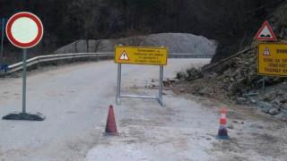 Паднали камъни и ремонти ограничават движението в части на страната