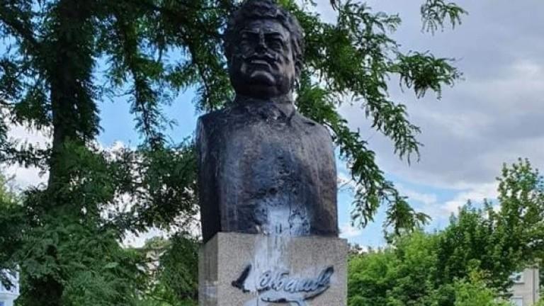 Оскверниха паметника на Александър Стамболийски. Посегателството е извършено броени дни