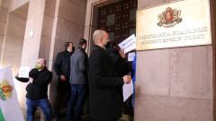 Оставката на Деница Сачева искат работници от затворени бизнеси заради пандемията