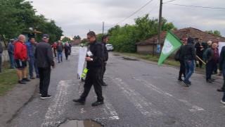Протест заради разбит път в село Обручище