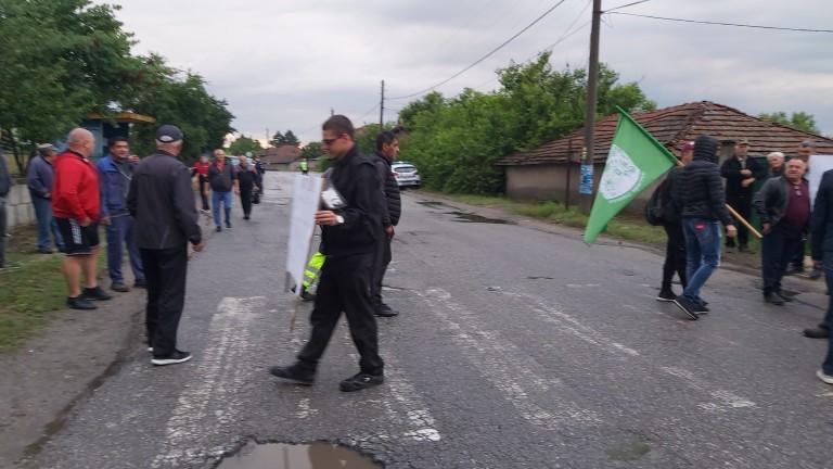 Жители на село Обручище за пореден ден блокират пътя Гълъбово