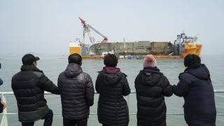 Откриха човешки останки в потъналия южнокорейски ферибот