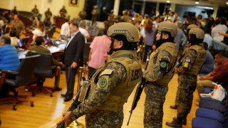 Тежко въоръжени полицаи и войници нахлуха в парламента на Салвадор