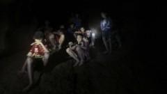 Прокарват ток в тайландската пещера, в която са заклещени 12 момчета и техен треньор