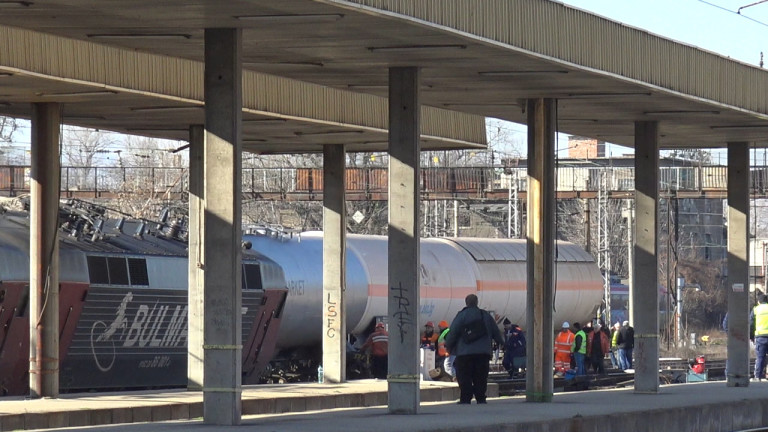 Вдигат дерайлиралия локомотив от гара Пловдив