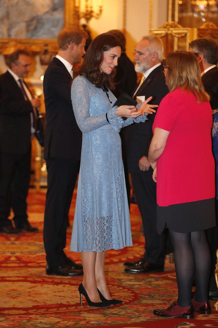 Кейт изглежда свежа в синя дантелена рокля на Temperley London