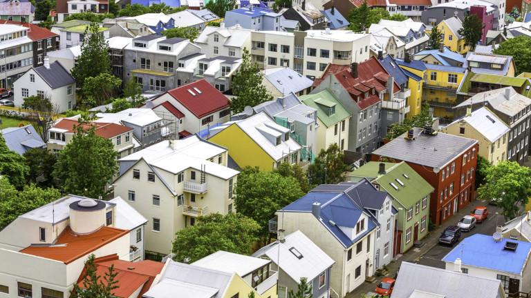 Десетилетие след финансовия колапс, Исландия се изправя пред нова криза