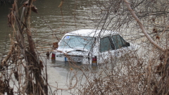 21-годишен падна с колата си в река край Враца