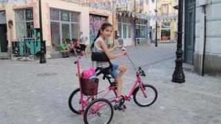 Ново колело ще има момичето с парализа, чийто велосипед бе откраднат