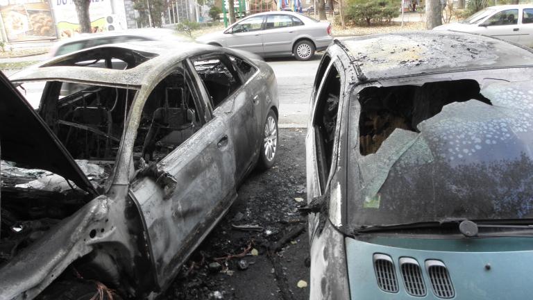 """Подпалиха 2 коли в столичния квартал """"Бенковски"""""""