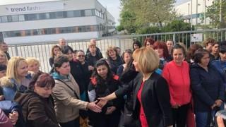 Манолова се срещна с 200 шивачки, оставени без заплати