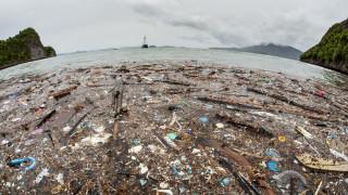 Пластмасови отпадъци се носят по водата на Карибите