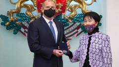 Радев награди с Почетния знак на президента проф. Жени Захариева