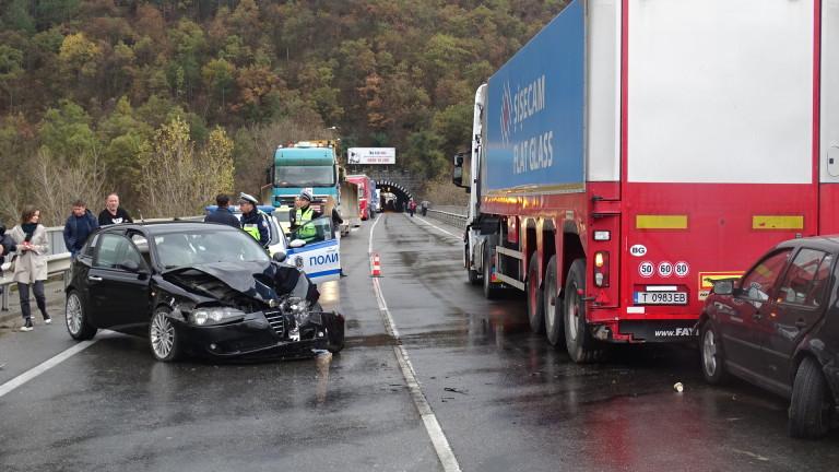 Верижна катастрофа блокира трафика по главен път Е-79 край Благоевград,