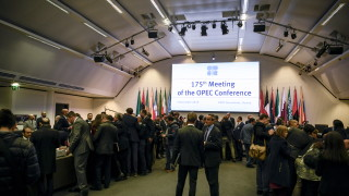 ОПЕК+ намалява добива с 1,2 млн. барела. Цената на петрола скочи с 5%