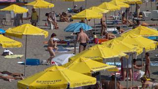 Безплатни чадъри на бургаския плаж за първи път в България