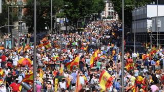 Десетки хиляди в Мадрид протестираха срещу помилването на каталунски сепаратисти