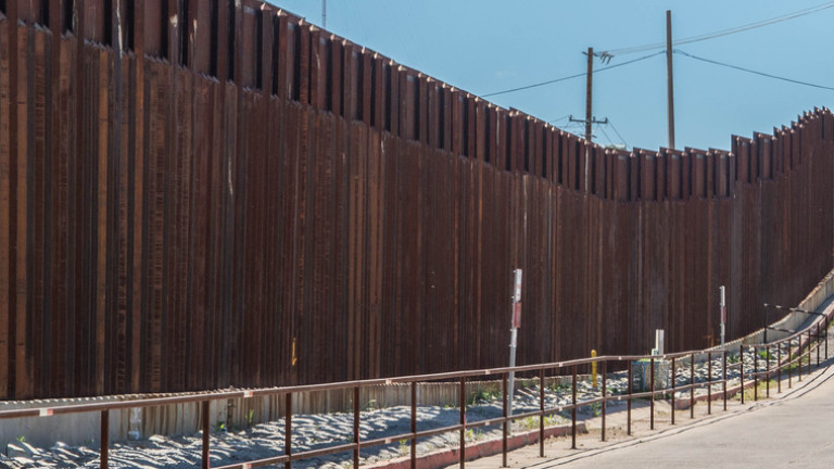 Пентагонът даде $1 млрд. за стената с Мексико